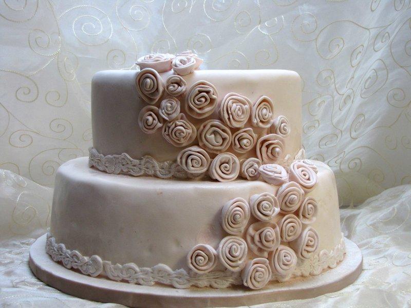 Торт с мастикой бежевого цвета с пищевым красителем