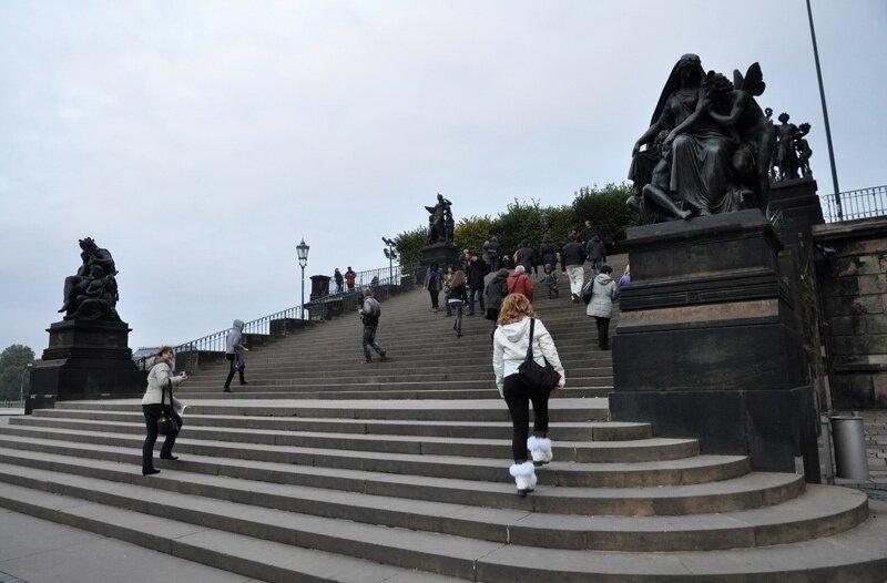 Монументальная лестница (1814 г.), по бокам которой установлены четыре бронзовые скульптурные группы, символизирующие время суток.
