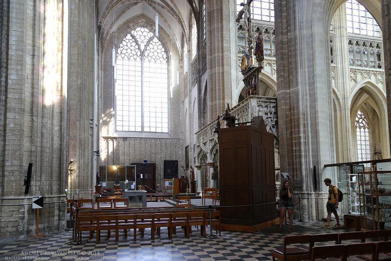 Как и большинство европейских храмов того времени, церковь св. Петра имеет форму латинского креста, в центре которого находится колокольная башня.