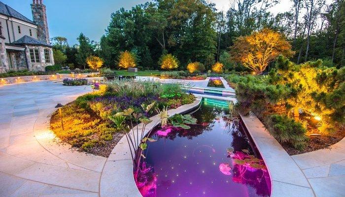 Водоем на даче – это привлекательный элемент ландшафтного дизайна. А если организовать подсветку, то он будет хорошо смотреться не только днем, но и вечером.