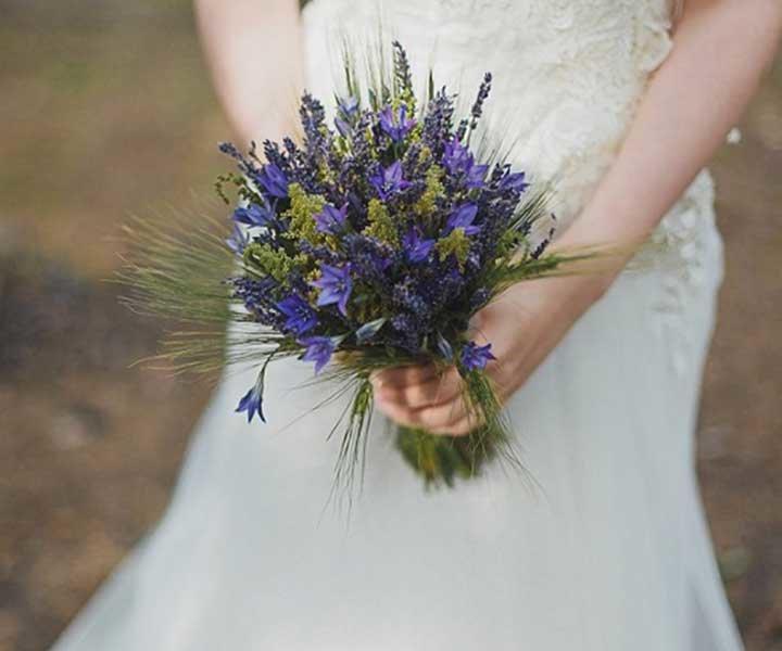 Свадебный букет невесты из полевых цветов 17