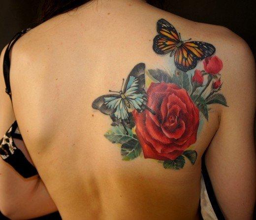 Цветочные татуировки являются очень популярны среди женщин