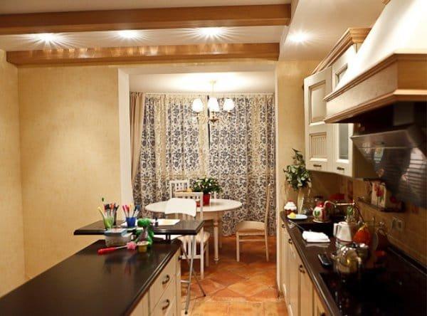 Как обыграть кухню, совмещенную с балконом? Что лучше размес.