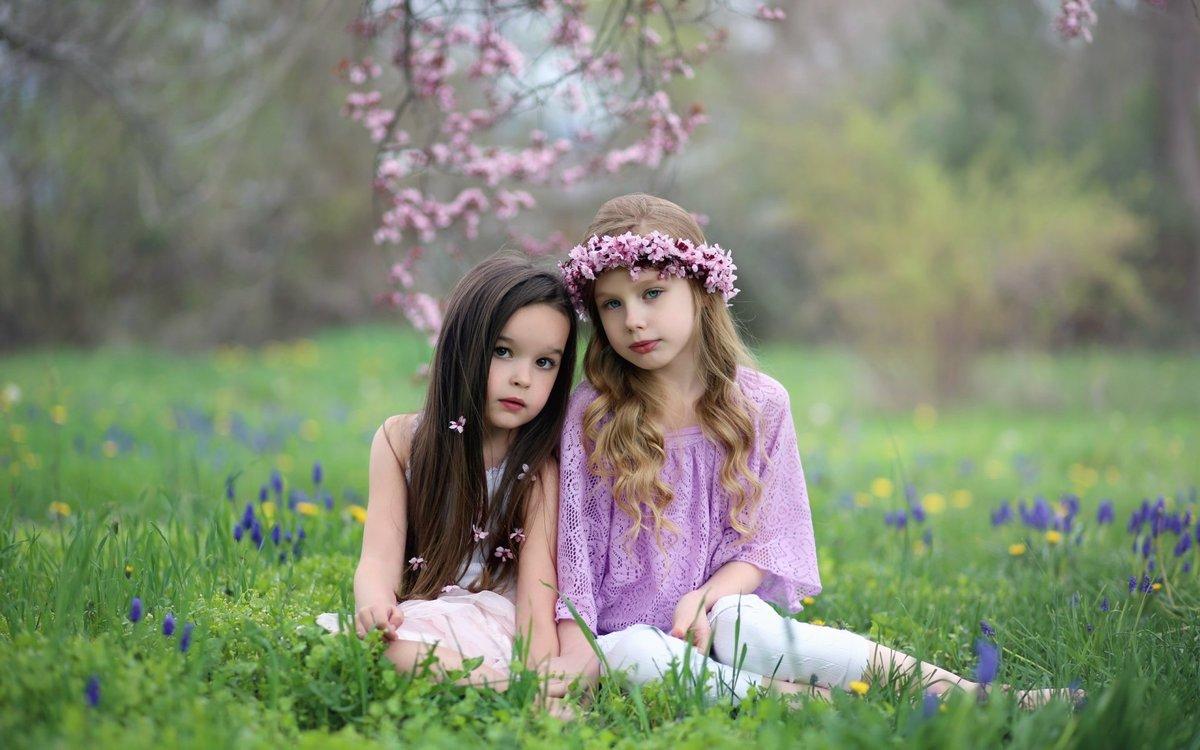 Картинки две девочки, скрапбукинг окном открытки