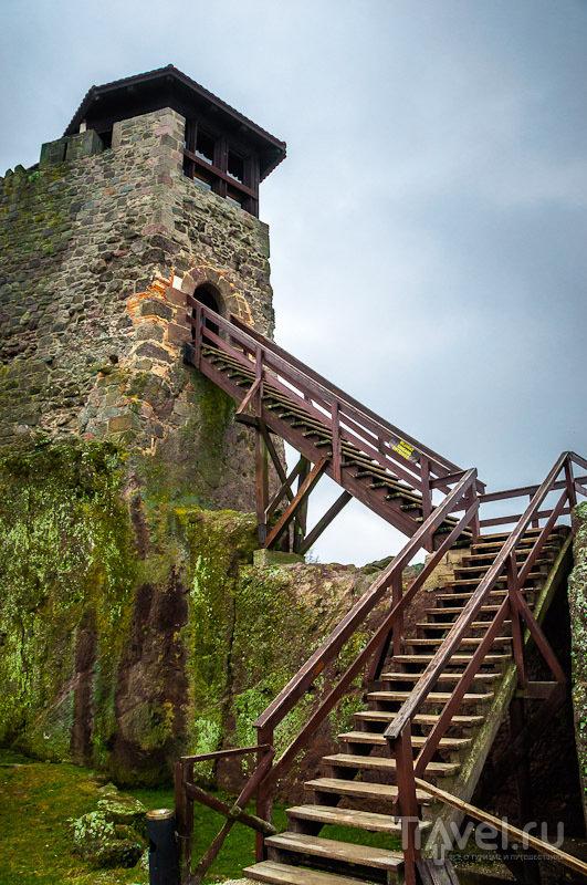 Но Мраморный дворец - не единственное и не главное, что привлекает в Вышеград туристов. На холме над дворцом расположены руины намного более древнего Вышеградского замка, относящегося еще к XIII веку.