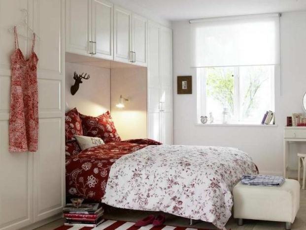 Белая спальня с красно-белым текстилем