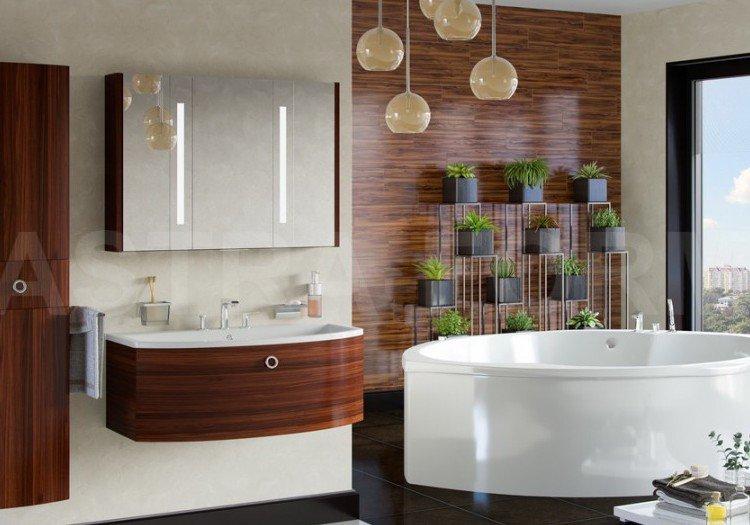 мебель в ванной комнате под дерево и белая с акриловой ванной