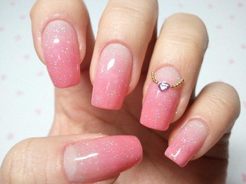 Ногти с розовым лаком и легким блестком