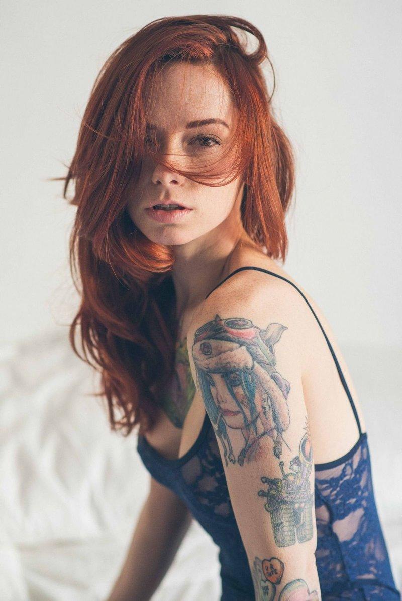 Рыжая в татуировках фото