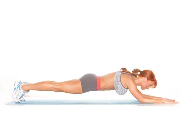 упражнение № 1 – стандартная планка, здесь тело должно находиться по прямой линии, а плечевые области рук должны занимать перпендикулярное положение относительно средней линии тела и пола. Угол в локтях – 90 градусов. Необходимо продержаться от 60 до 90 сек. Отдых между упражнениями и подходами комплекса не должен превышать 75 – 90 сек. Следующее упражнение – планка под углом. Ноги должны располагаться выше уровня головы. Чем выше будут расположены ноги, тем, естественно, выше уровень нагрузки. Здесь также необходимо выдержать от минуты до полутора.