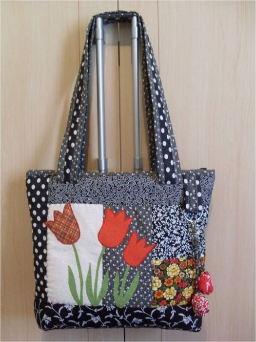 Лоскутная сумка с тюльпанами.