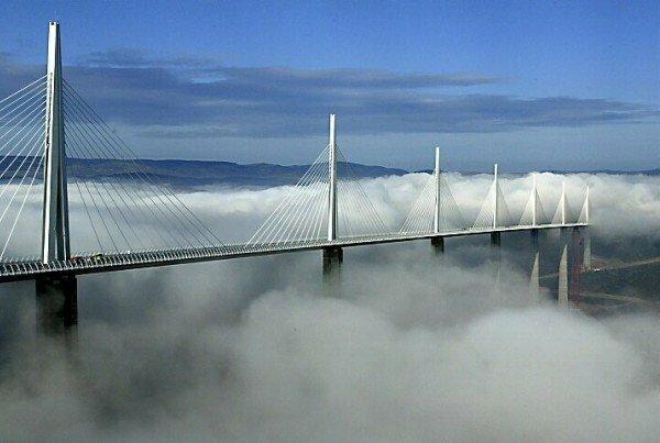 Виадук Мийо (Millau Viaduct) во Франции самый высокий транспортный мост в мире, одна из его опор высотой 341 метр, длина моста составляет 2,5 км.