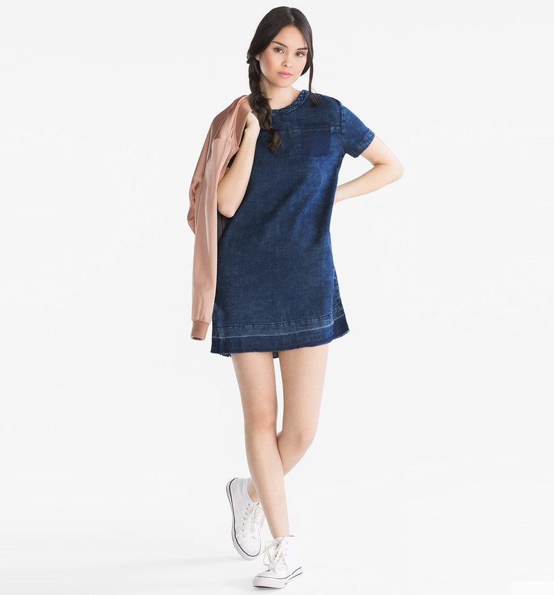 Джинсовое платье в спортивном стиле