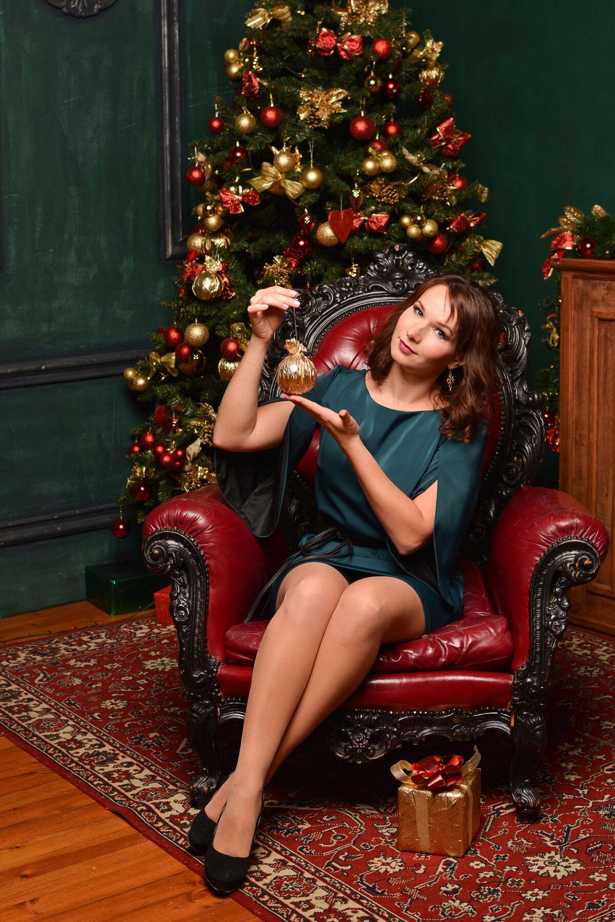 Позирование жена в кресле