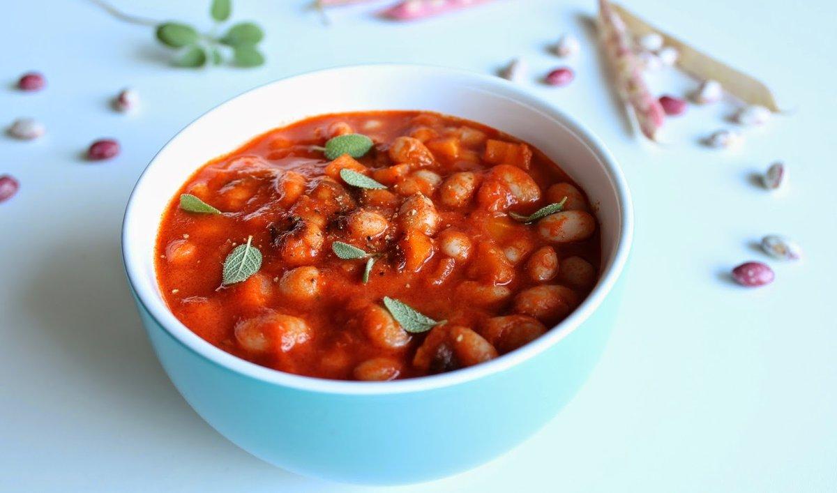 Рецепт «фасоль в томате»: приготовьте банки и крышки, тщательно вымойте и простерилизуйте.