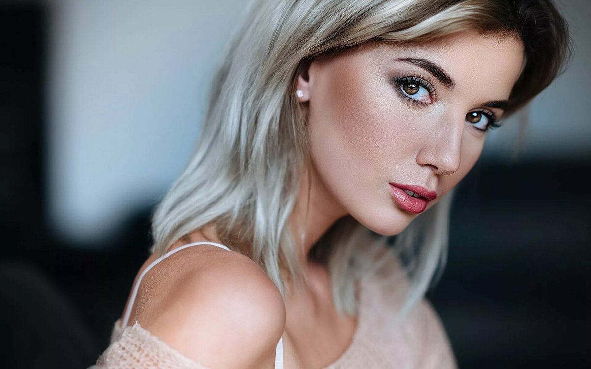 Картинки блондинка с карими глазами