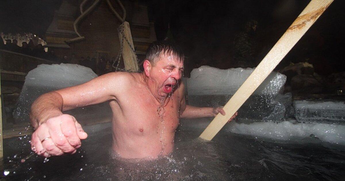 Картинки купание в проруби на крещение прикольные