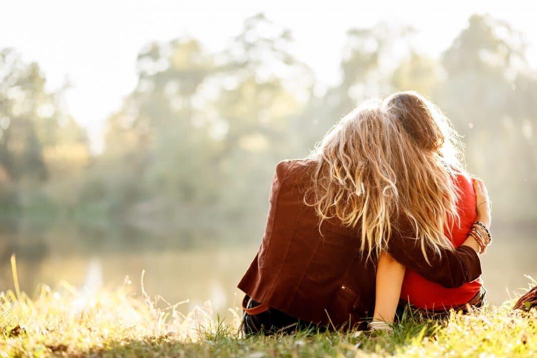 День, картинки 2 девушки объятия