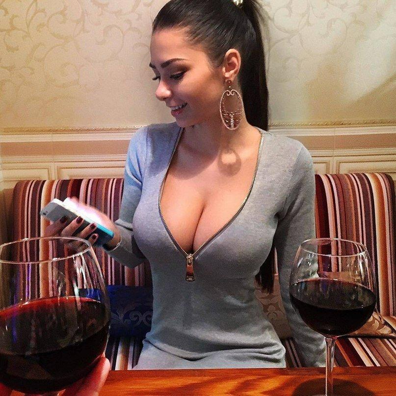 Порно фильмы жены с большой грудью в декольте