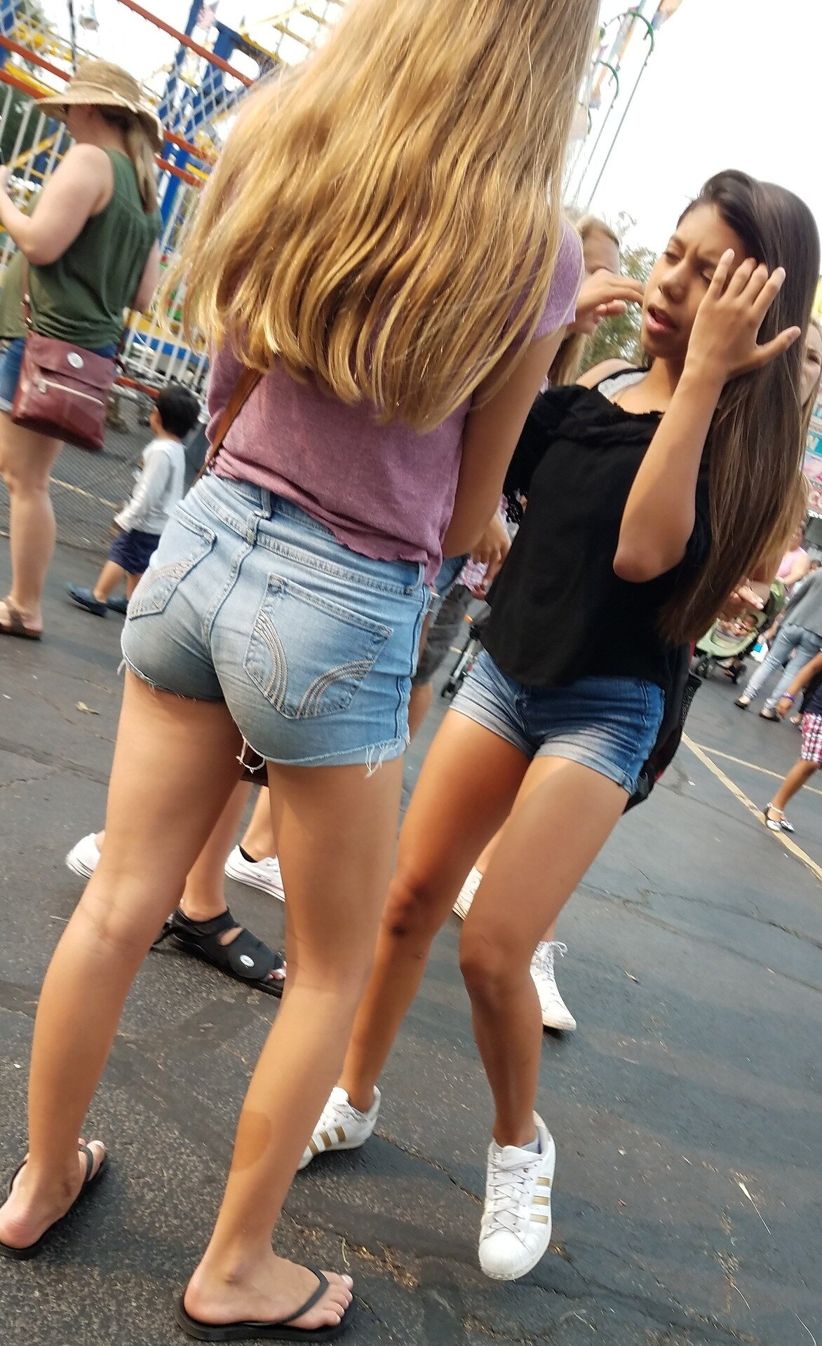College girls in cheeky short shorts — pic 10