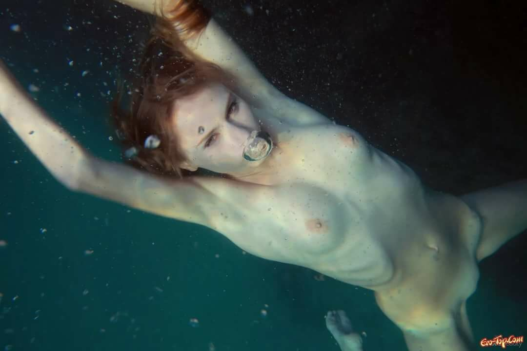 underwater-girls-topless-video
