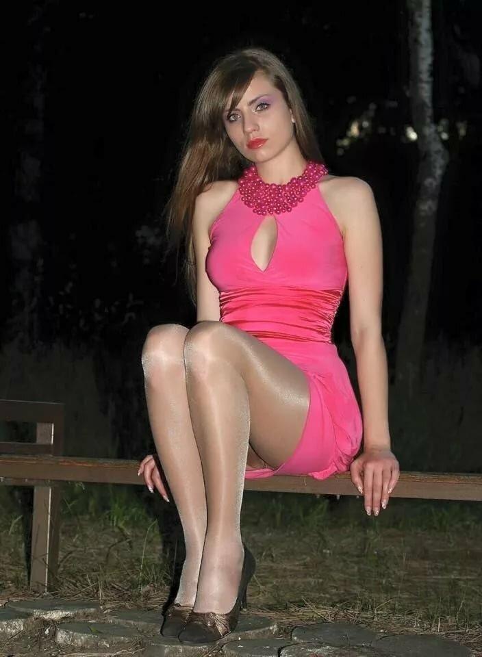 тут просторам в розовом платье и блестящих чулках видео сперма дырок