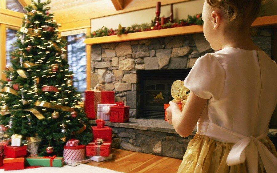 картинка где семья готовится к новому году каждый них