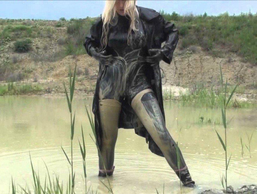 Видео валяются в грязи в кожаной одежде девушки