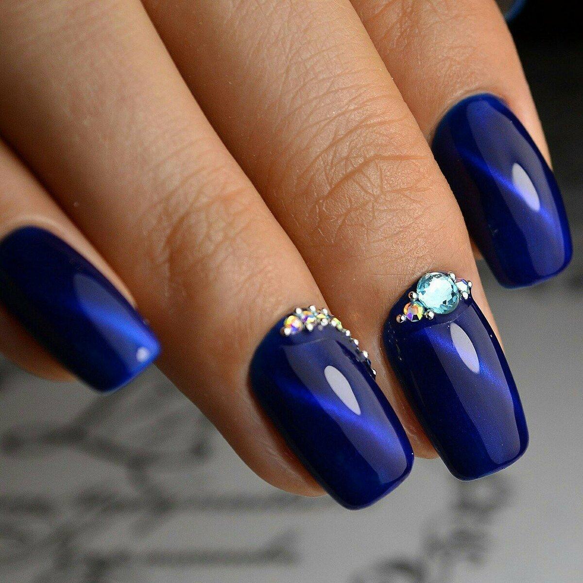 Темно-голубой дизайн ногтей