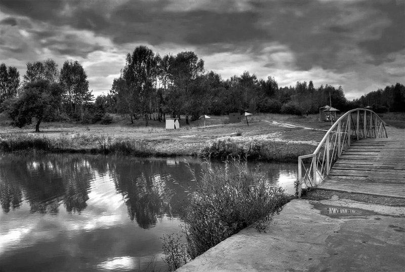 кто решил черно-белая картинка города на реке речь заходит кровососах