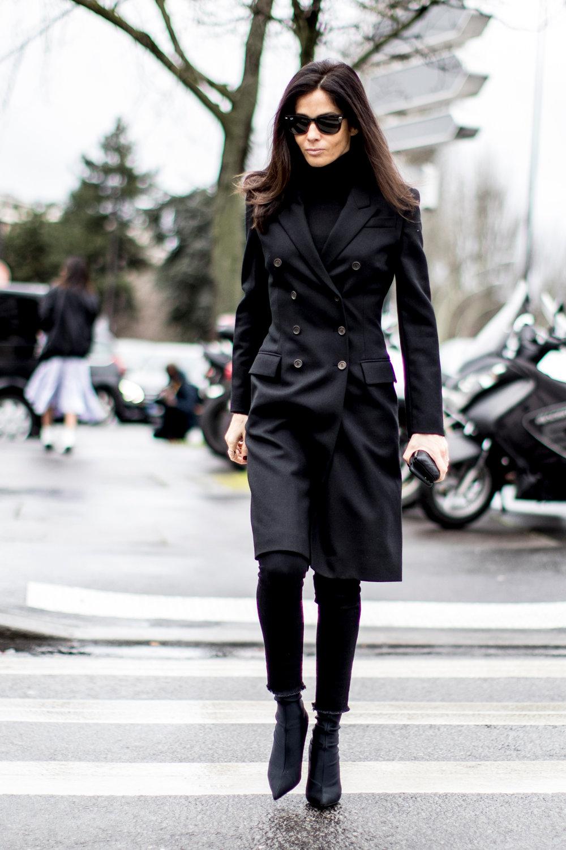 стильные образы с черным пальто фото маникюре