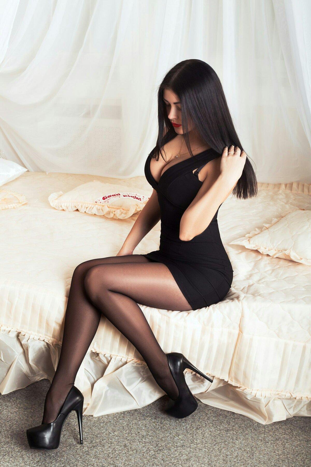 брюнетки в мини платьях секси фото - 1