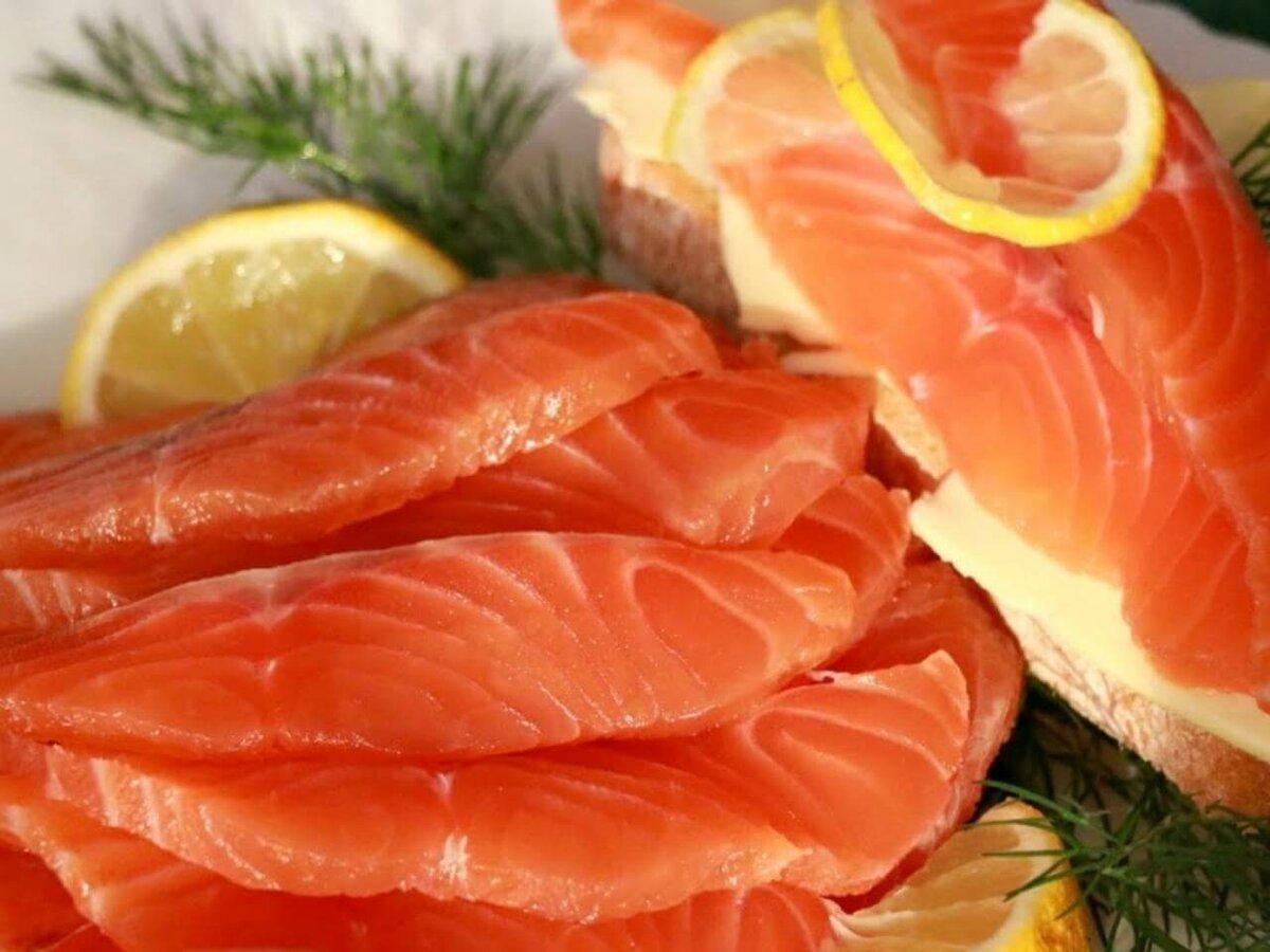 фото красной рыбы на столе очередь