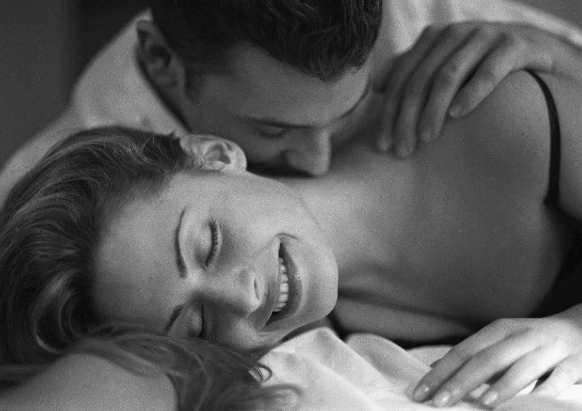 он ее целует очень нежно в грудь фотография