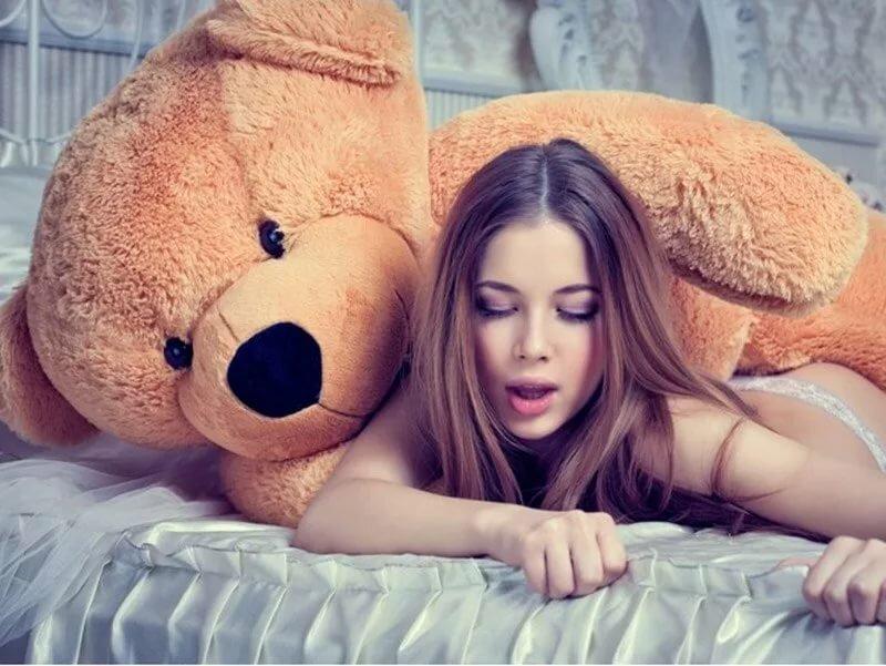 красивая голая девушка с игрушкой именно две