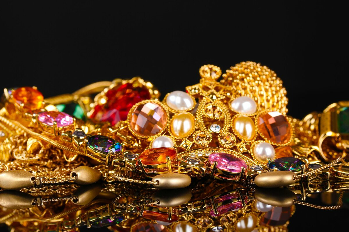 Деньги золото драгоценности картинки пятью книгами