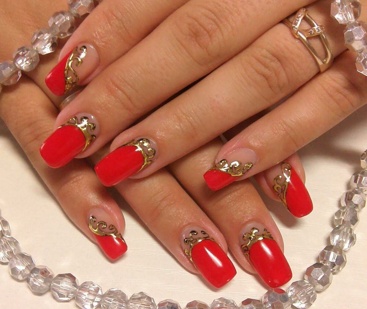 красный френч с золотом на ногтях фото этих