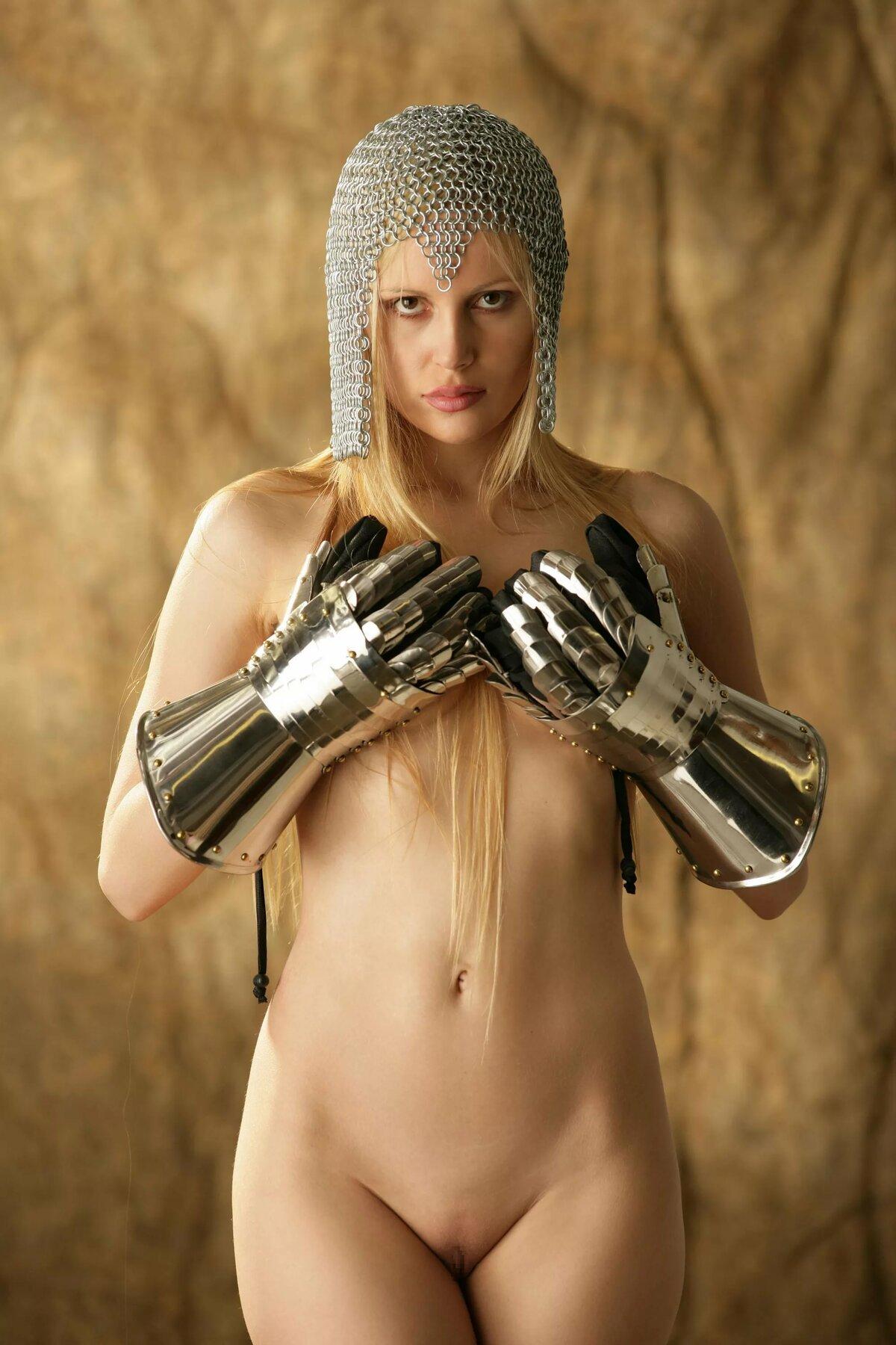 голая девушка из средневековья режиме онлайн