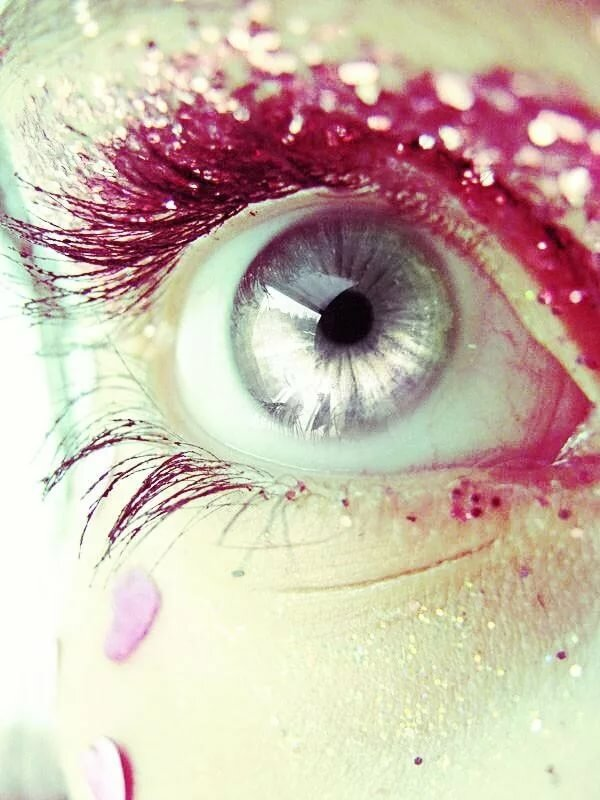 розовые глаза картинка лице