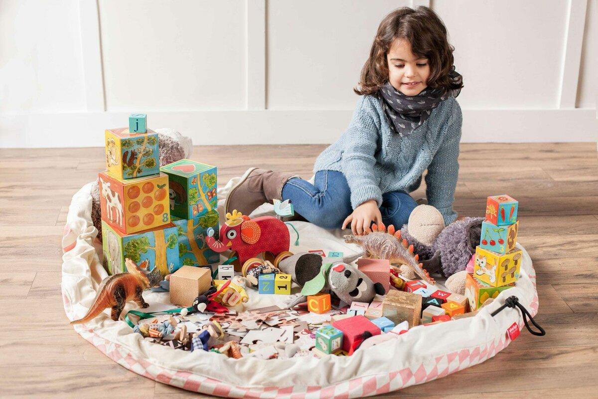 нашей картинки с детьми с игрушками также стало известно
