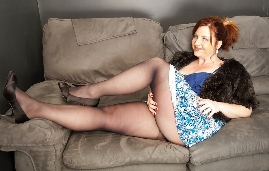 Зрелая дама с полными ногами снимает платье на камеру, ретро порно по кругу