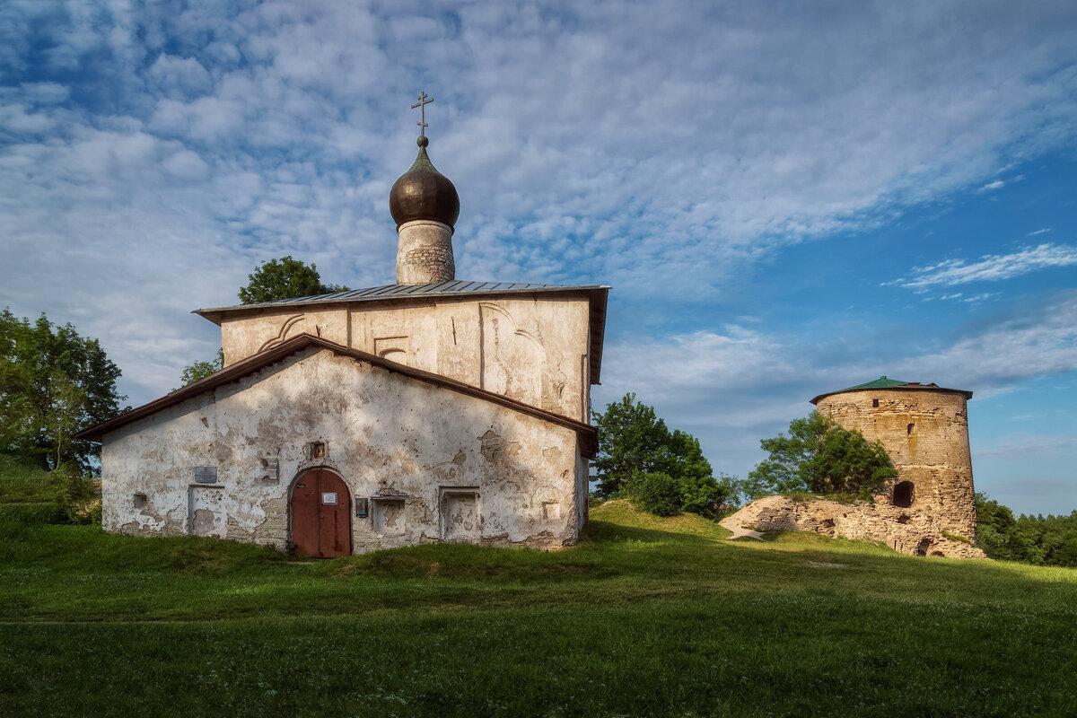 Космодемьянская церковь и Гремячая башня (Псков)