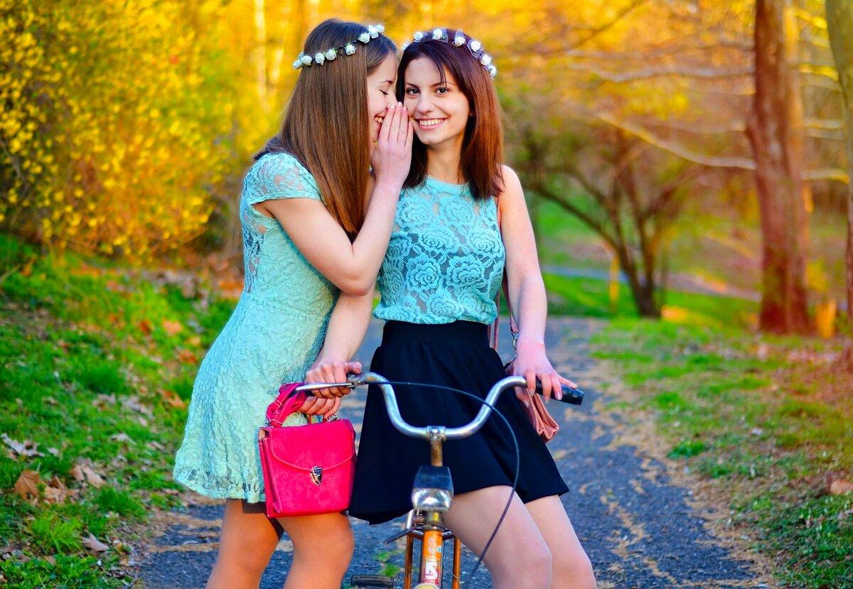 Картинка две подружки