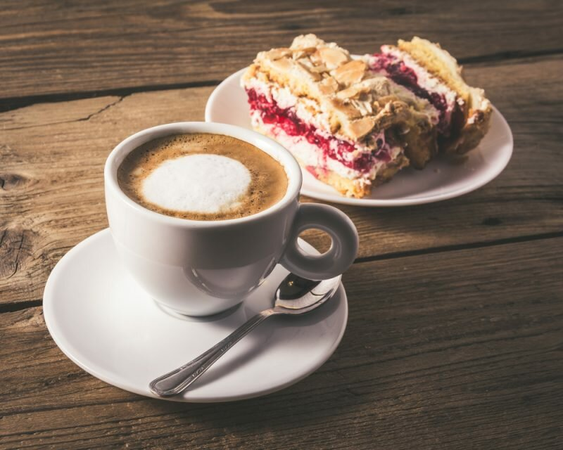 Чашка кофе с пирожным картинки
