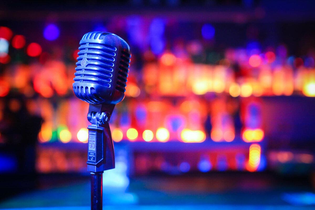 Картинки на сцене у микрофона