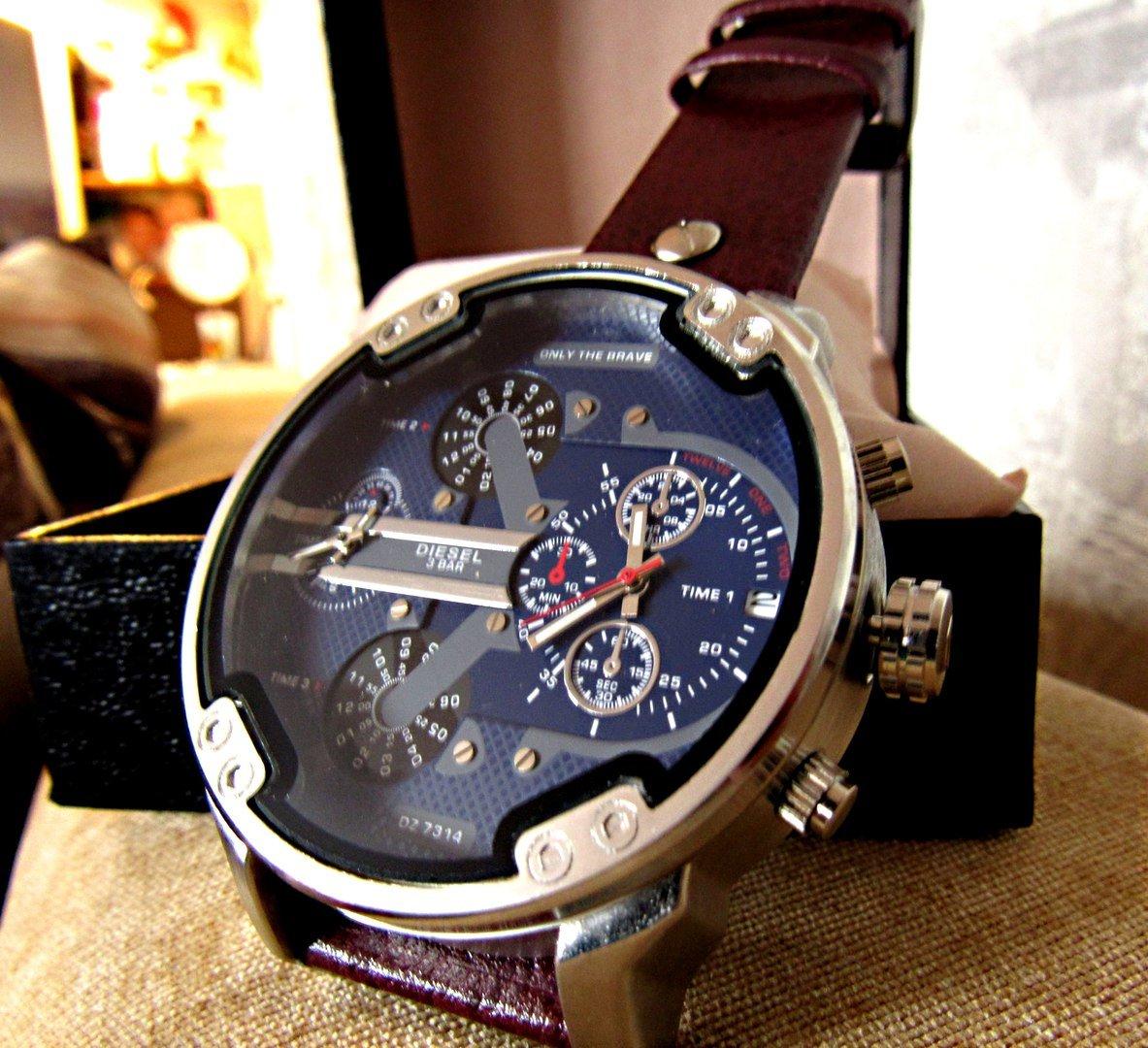 Мужчины же имеют ограниченный выбор аксессуаров, но из всех наибольших роль играют наручные часы.