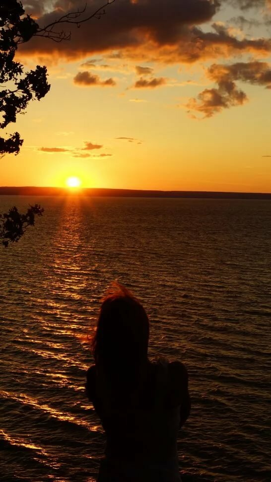 Девушка с закатом солнца фото со спины
