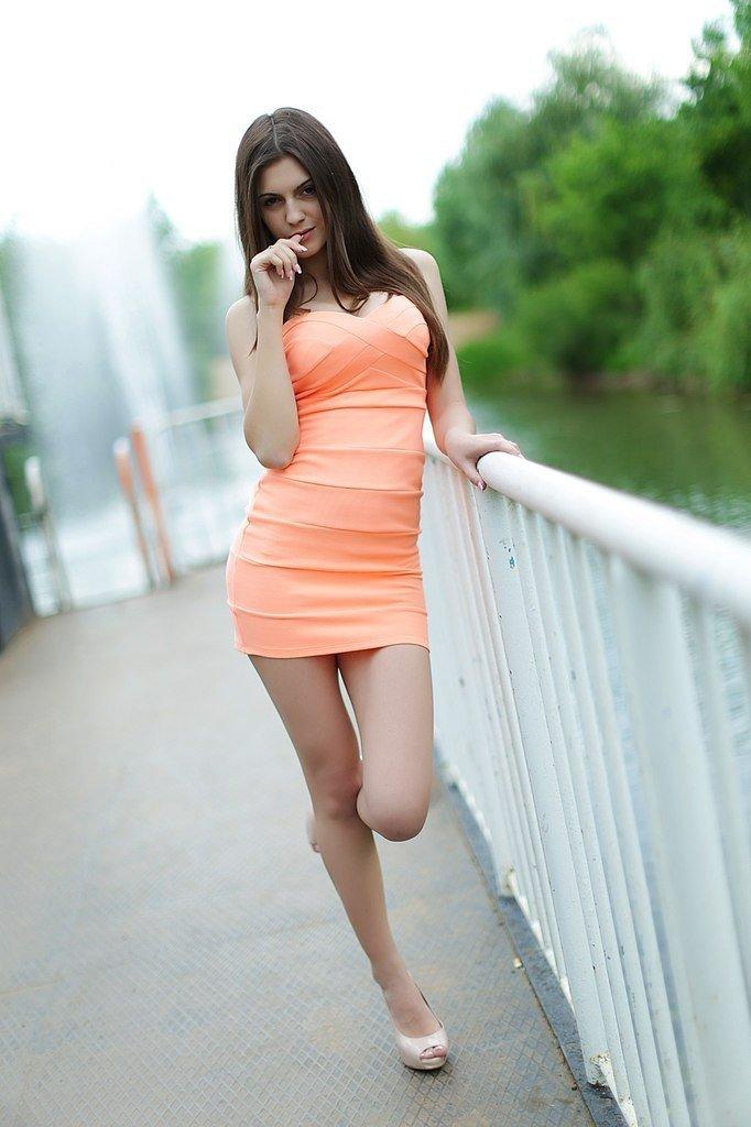 женщина снимает короткое платье