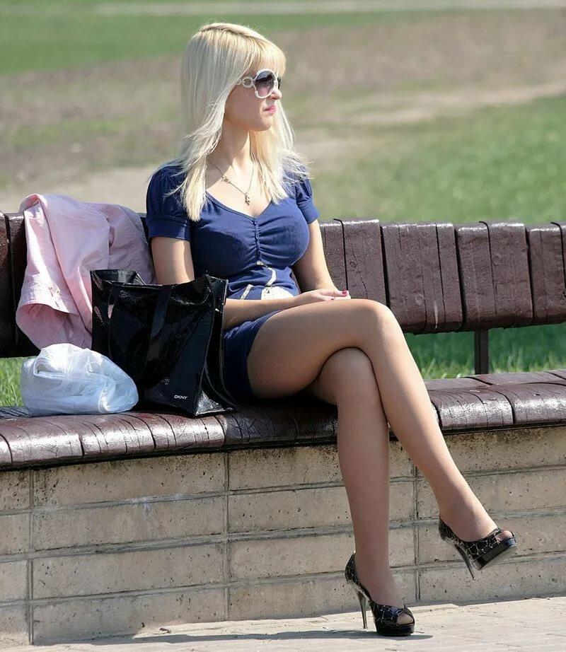 Фото высокого разрешения ножки юбка колготки на улице — img 1