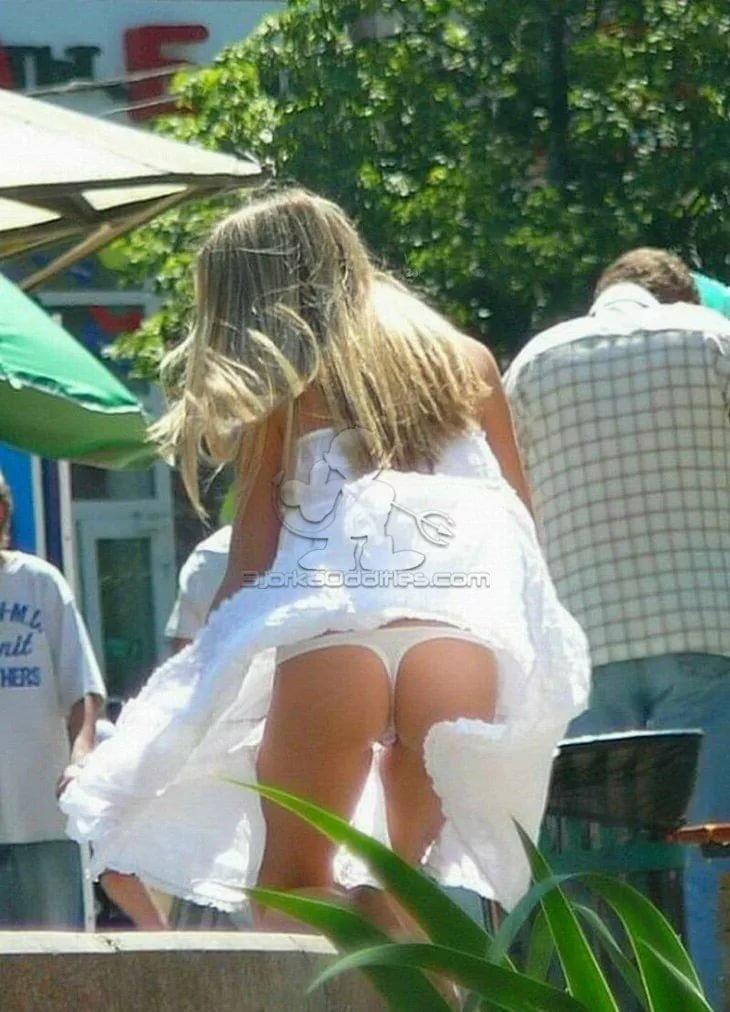 Фото блондинка засветила белые стринги